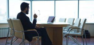 Businessman assis à un bureau